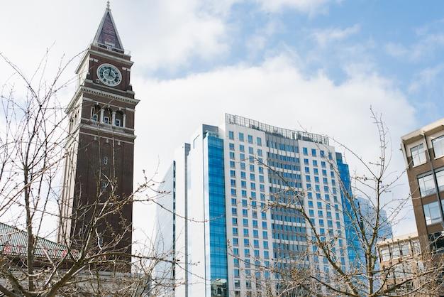 シアトル、ワシントン、米国。中央駅と高層ビル