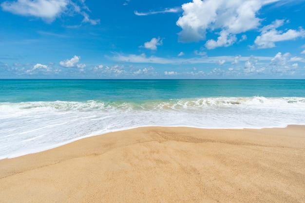 砂浜で海水波しぶき
