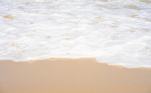 夏の砂浜の海水波のしぶき