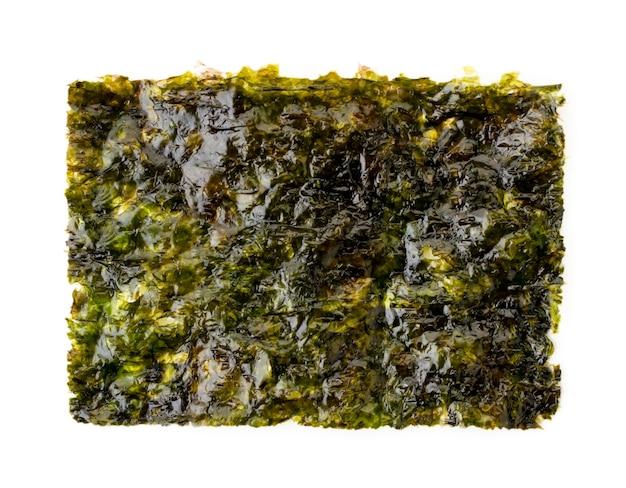Чипсы из морских водорослей крупным планом на белом