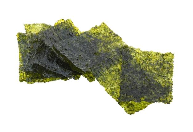 Чипсы из морских водорослей, изолированные на белом фоне