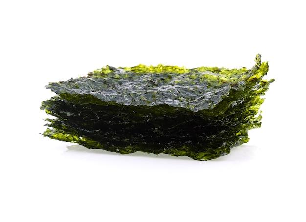 Чипсы из морских водорослей изолированные