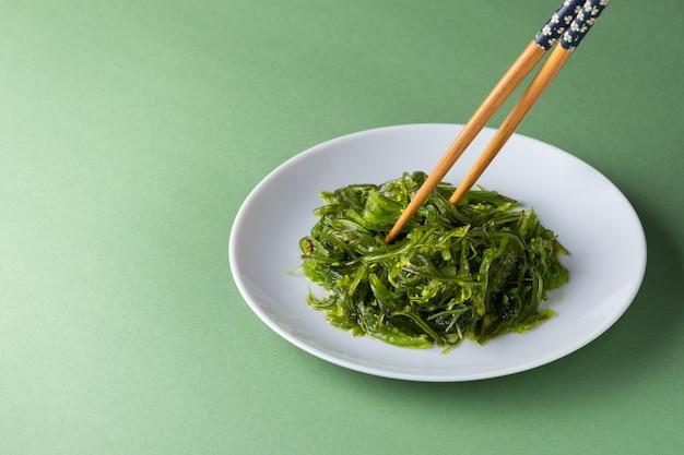 Салат чука из морских водорослей в кунжутном соусе