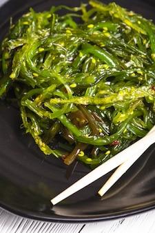 해초 샐러드 - 그릇에 담긴 건강한 바다 음식