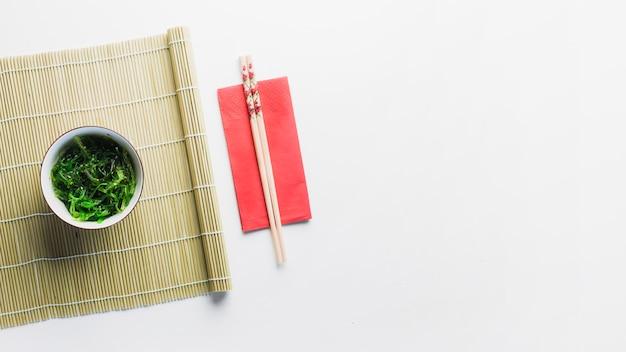 Салат из морских водорослей на бамбуковой салфетке Бесплатные Фотографии