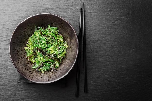 Салат из морских водорослей подается и готов к употреблению