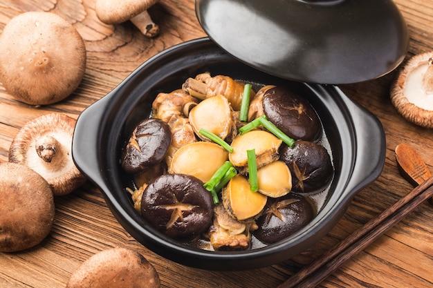 La pentola di pollo abalone segreta, pollo delizioso, abalone fresco