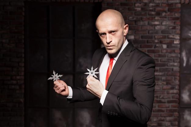 Секретный агент исследует концепцию восточных боевых искусств