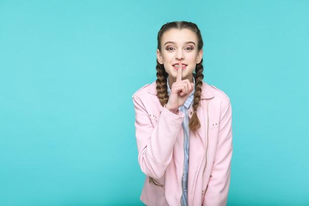 立っている美しいかわいい女の子の秘密の指の肖像画