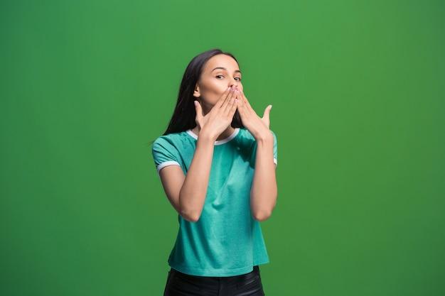 Segreto, concetto di pettegolezzo. giovane donna che bisbiglia un segreto dietro la sua mano.