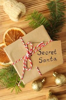 木製の背景に秘密のサンタとクリスマスの構成。