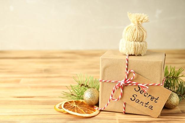 木製のテーブルの上の秘密のサンタとクリスマスの構成。