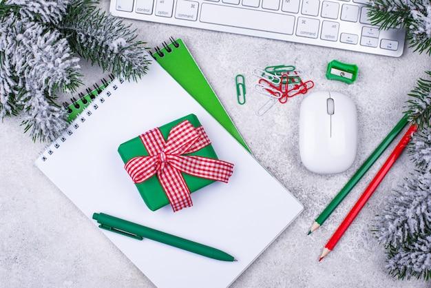 Секретная концепция санта. рождественский подарок в офисе на рабочем месте