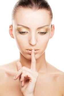秘密-彼女の口の上の彼女の指を持つ少女