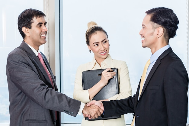 Secretary introduces applicant to boss for job interview