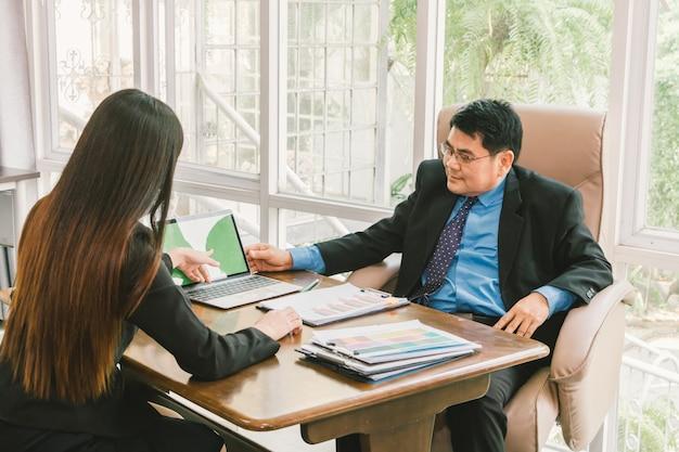 Секретарь представляет проект с ноутбуком и обсуждает с менеджером