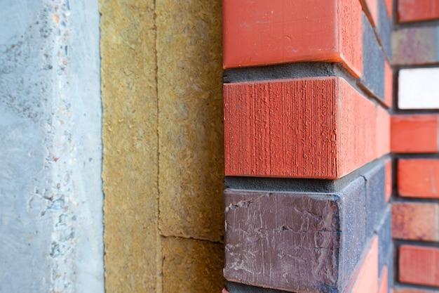 Участок кирпичной стены с утеплением строящегося нового дома