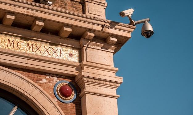 日光の下でバチカン美術館の屋外にあるセキュリティカメラ