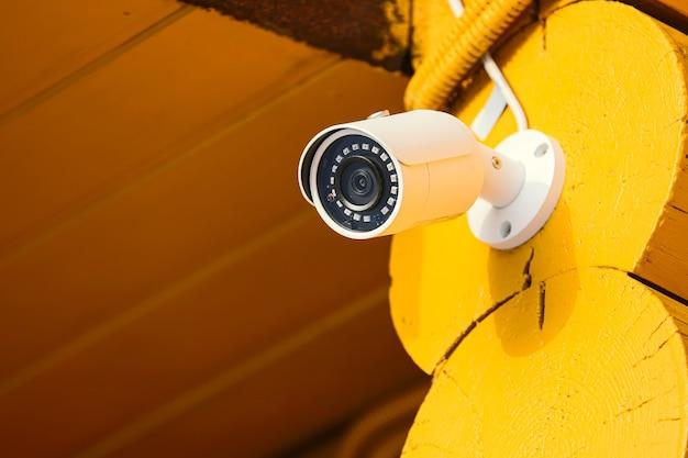 집 벽에 설치된 보안 카메라
