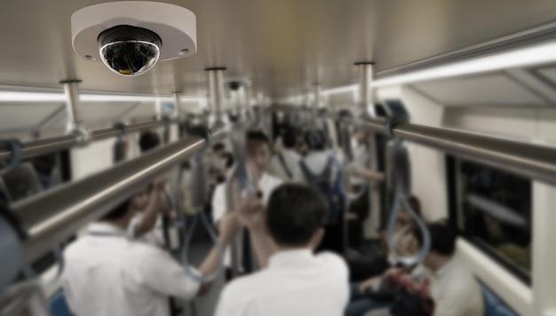 Камера видеонаблюдения крепится на потолке метро