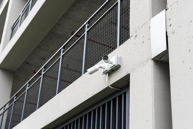 Камеры видеонаблюдения на современном здании с профессиональной камерой видеонаблюдения на стене