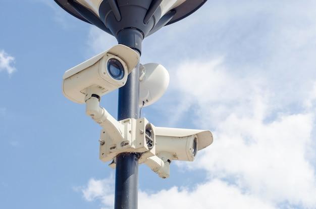 コンクリート壁のセキュリティcctvカメラ