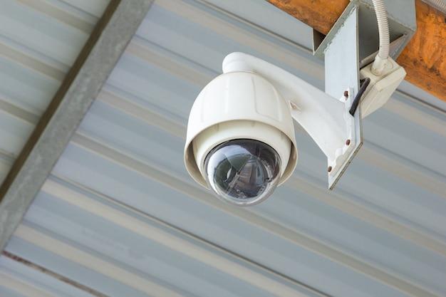 콘크리트 벽에 보안 cctv 카메라