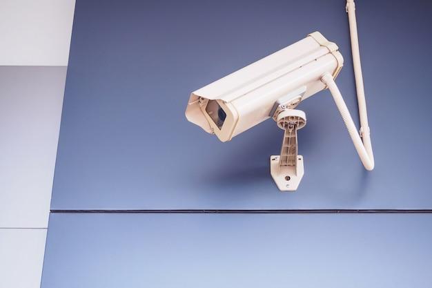 店の前の壁にあるセキュリティcctvカメラ