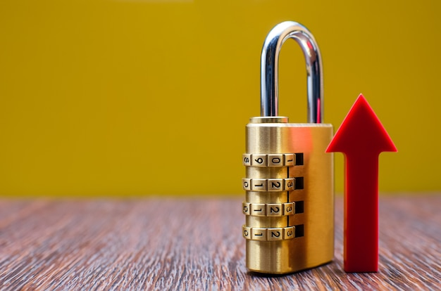 セキュリティ強化のシンボルとしてのセキュリティ、ダイヤル錠、上矢印、コピースペース。