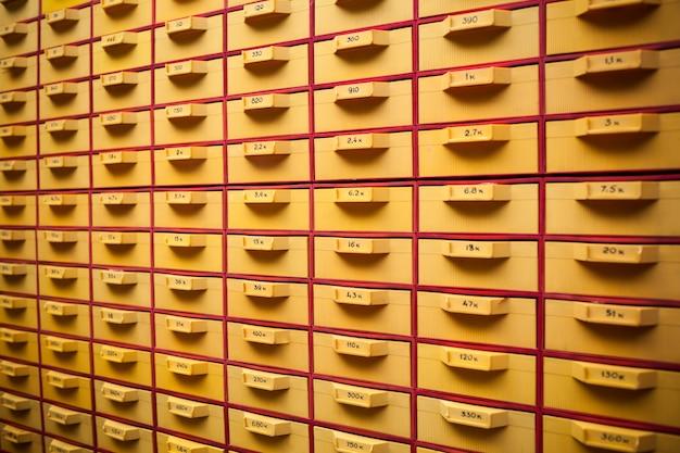 Охранник большой желтый шкаф с ячейками