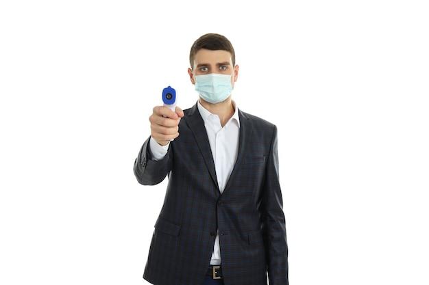 Охранник в маске с пистолетом на белом фоне ..
