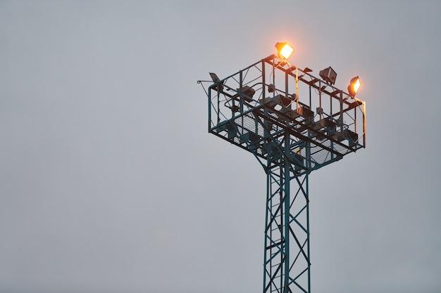 관찰을 위한 보안 감시탑. 저녁 하늘에 스포트라이트가 있는 전망대