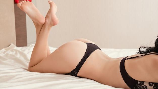 ベッドに横たわっている下着のsedctive女性