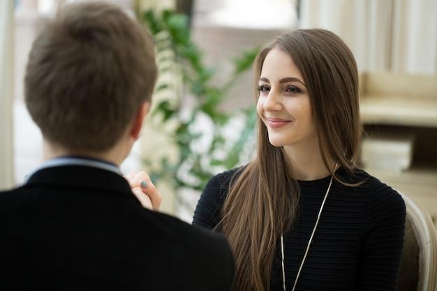 Соблазнение красивой женщины, глядя на своего любовника. романтический разговор