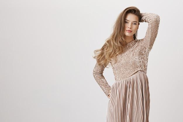 イブニングドレスの魅惑的な魅力的な女性