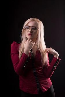 眼鏡をかけ、赤いブラウスを着た魅惑的なブロンドの女性