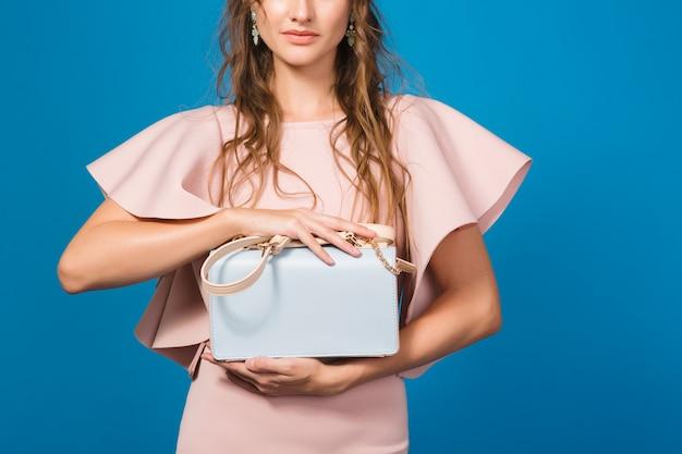 핑크 명품 드레스, 여름 패션 트렌드, 세련된 스타일의 매혹적인 젊은 세련된 섹시한 여자, 유행 핸드백을 들고