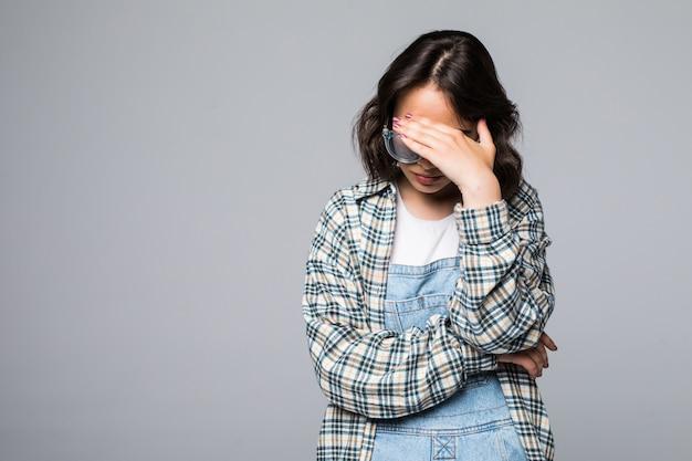 Не вижу зла. портрет молодой испуганной женщины, закрывающей глаза руками