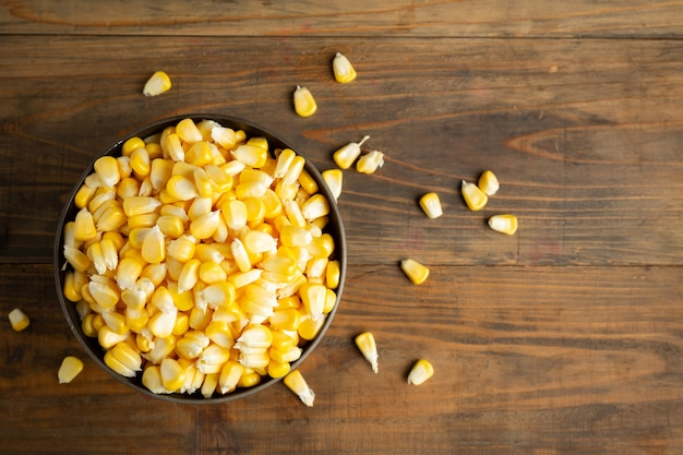 Семена и сладкая кукуруза на деревянный стол.