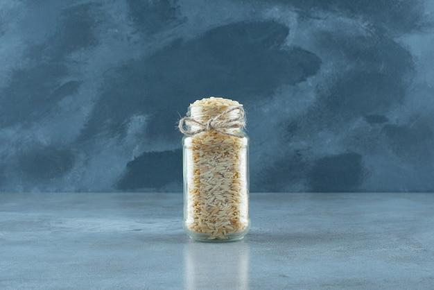 ガラスのリザーブボトルに入った植物の種子。高品質の写真