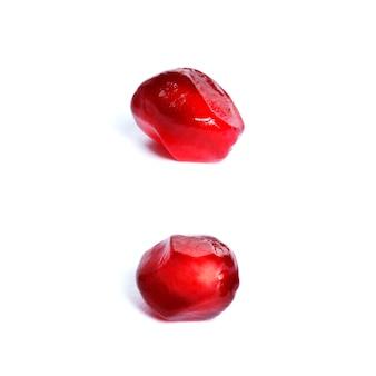 Семена спелого красного гранатового дерева крупным планом, изолированные на белом фоне.