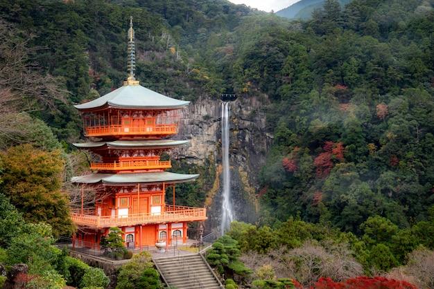 和歌山県の有名で人気のある観光地である秋の景色を望む、那智の滝が見える熊野那智大社の聖闘士寺の塔。