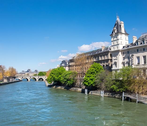 Река сена в париже, франция, в яркий солнечный день весной