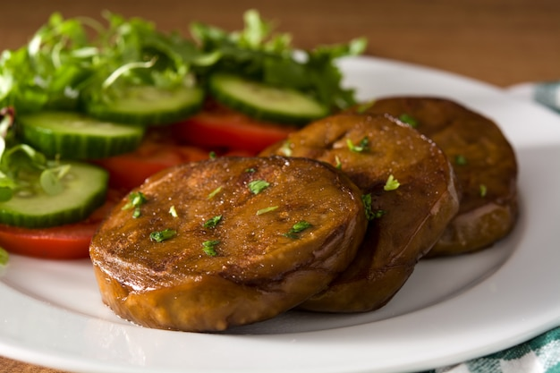 Seitan с овощами на конце деревянного стола вверх. поддельное мясо