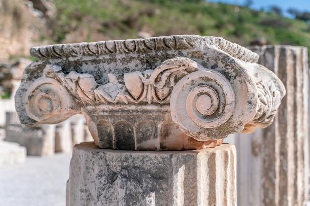 터키 이즈미르 셀주크 - 에베소 유적의 멤미우스 기념비 기둥, 푸른 하늘 아래 지중해 동부 이오니아 지역의 역사적 고대 로마 고고학 유적지