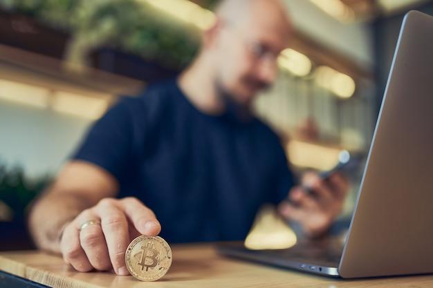 비트코인 구매 또는 판매 디지털 통화 투자 정보를 보유한 투자자의 초점 손 선택