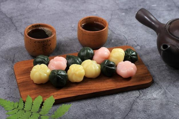 선택한 포커스 나무 접시에 다채로운 송편 꿀떡(꿀을 채운 떡). 송편은 설날이나 한국의 감사절에 먹는 한국 전통 음식입니다.