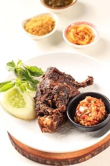 インドネシアのマドゥラ島で選ばれたフォーカスの有名な食べ物「ベベックシンジェイ」と呼ばれるベベックはアヒルで、米、アヒル、キュウリ、バジル、ヤングマンゴーチリで構成されています
