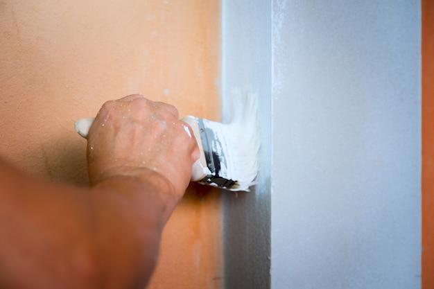 Выбранный фокус руки рабочего холст кисти живопись белый цвет