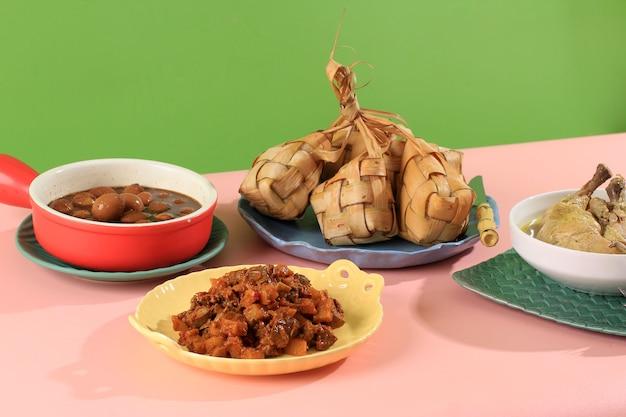 Избранный набор focus ketupat lebaran, меню полного пакета, подаваемое во время лебаранского праздника, и начало красочного меню lebaran. копировать пространство для текста